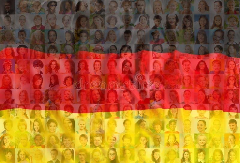 Beaucoup de visages divers sur le drapeau national de l'Allemagne photos libres de droits