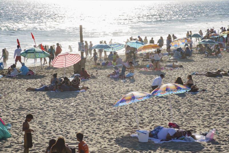 Beaucoup de visiteurs sur la plage image libre de droits
