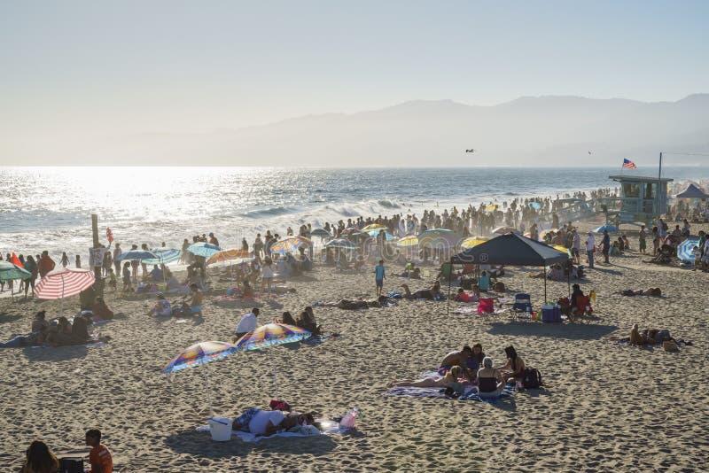 Beaucoup de visiteurs sur la plage photos stock