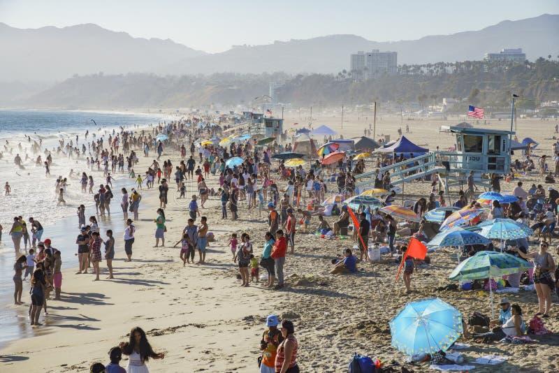 Beaucoup de visiteurs sur la plage images stock