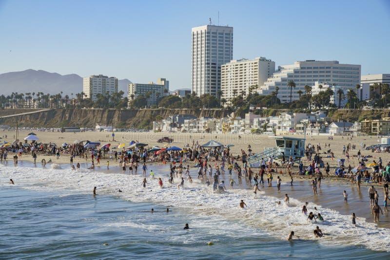 Beaucoup de visiteurs sur la plage images libres de droits
