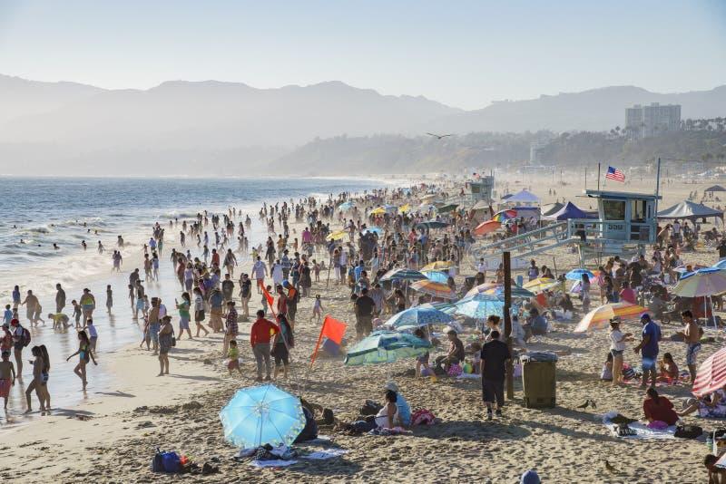 Beaucoup de visiteurs sur la plage photographie stock libre de droits