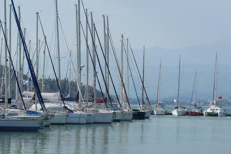 Beaucoup de yachts au pilier dans la marina Fethiye, Mugla, Turquie photo libre de droits