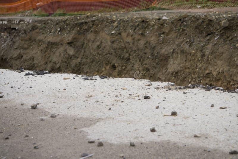 beaucoup et de la route goudronnée cassée s'est effondré et tombé, depuis s'effondrer au sol images stock