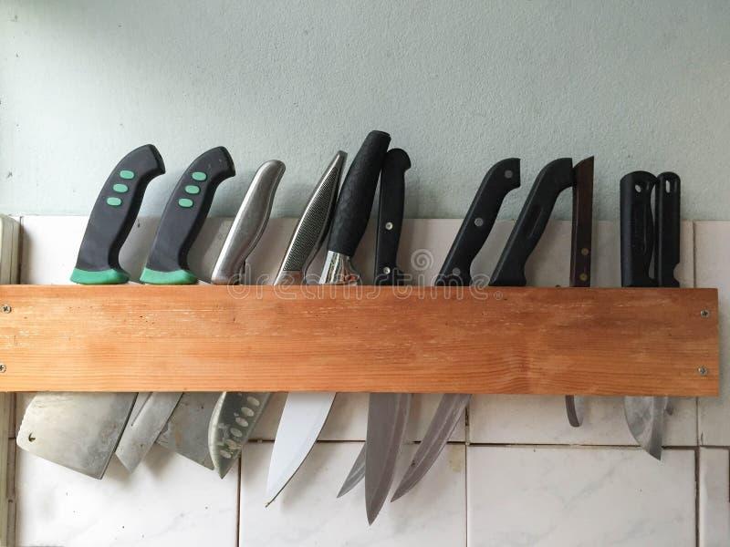 Beaucoup grand couteau accrochant le couteau en bois de stockage images stock