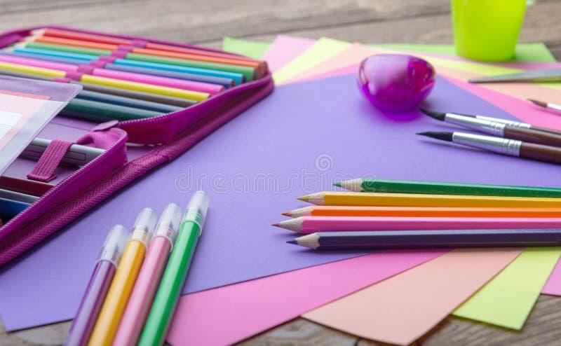 Beaucoup instruisent la papeterie dans un tas, couleurs confortables photographie stock libre de droits