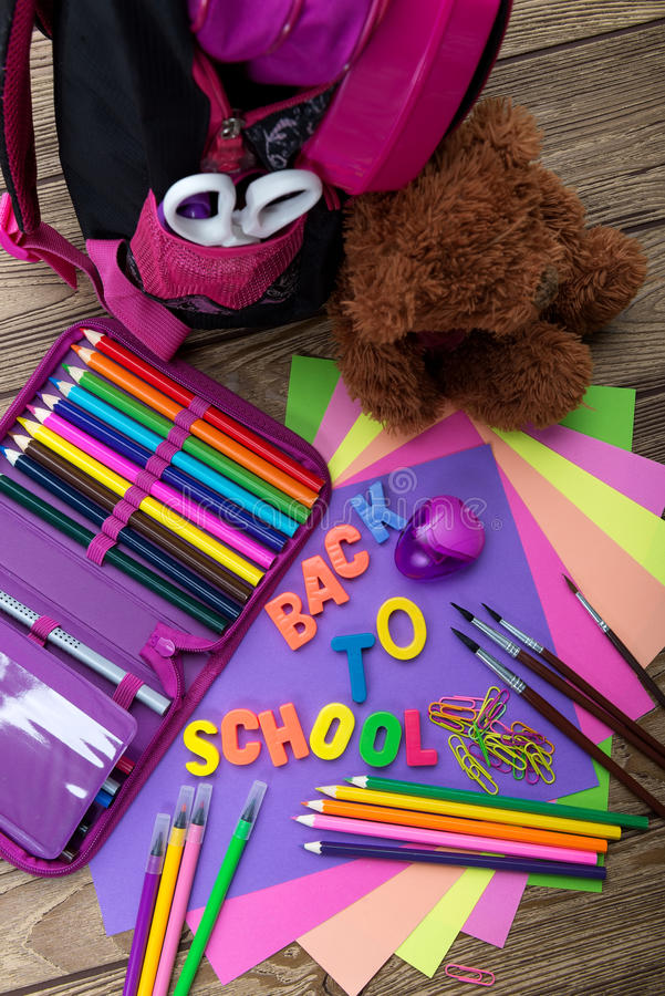 Beaucoup instruisent la papeterie, sacs d'école, ours de nounours, un tas images stock
