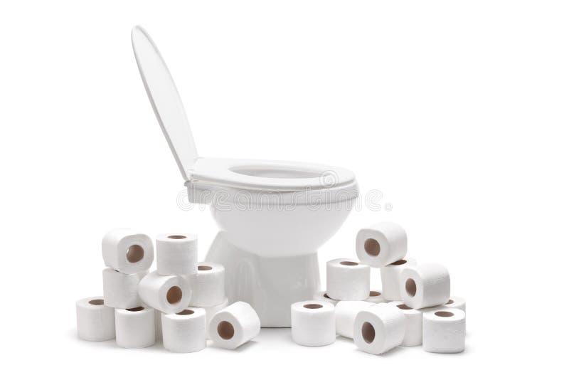 Beaucoup le papier hygiénique roule autour une cuvette des toilettes photos libres de droits