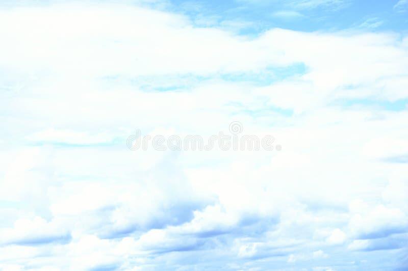 Beaucoup les nuages du ciel photographie stock