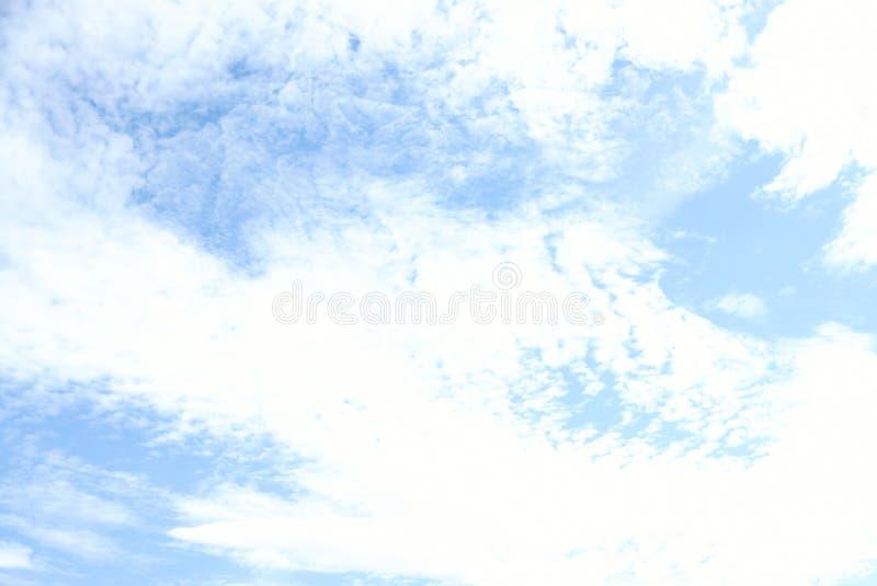 Beaucoup les nuages du ciel image stock