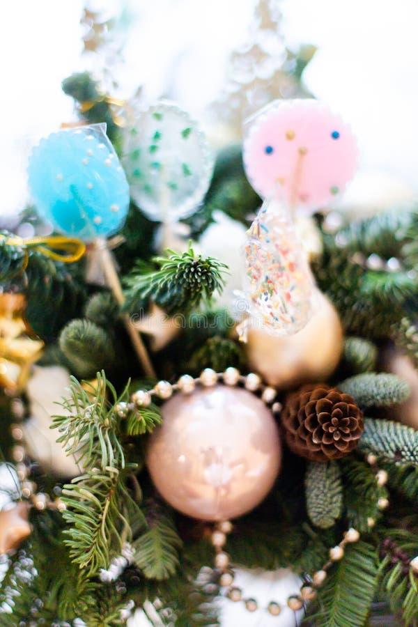 Beaucoup lucette colorée sur l'arbre de Noël décoré, vue supérieure, boules, étoiles, cônes, coeurs, jouets d'or images stock