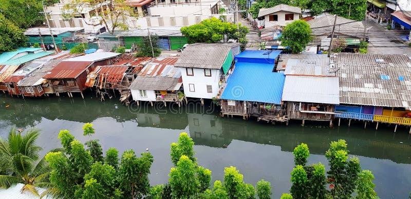 Beaucoup maison ou maison des personnes habitant près de la rivière ou du lac à la campagne à Bangkok, Thaïlande photos stock