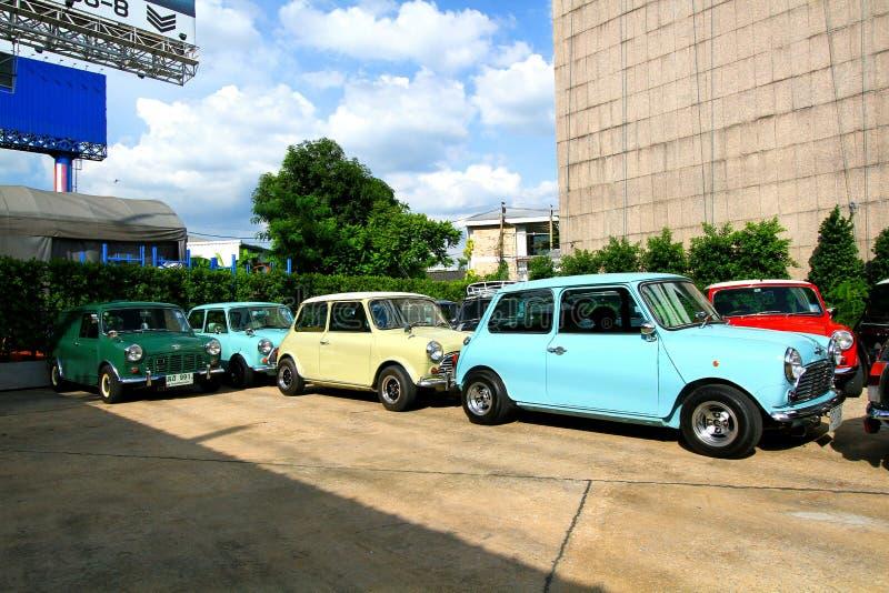 Beaucoup Mini Austin classique ou mini stationnement de tonnelier sur la rue pour la réunion du mini club de famille de la Thaïla image stock