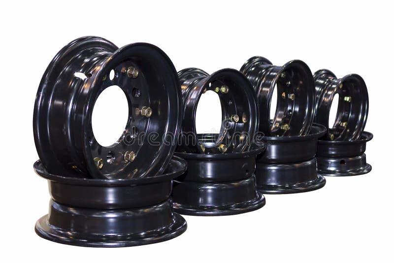 Beaucoup nouvelle casserole noire de roue de voiture avec le boulon et l'écrou d'isolement sur le fond blanc photographie stock