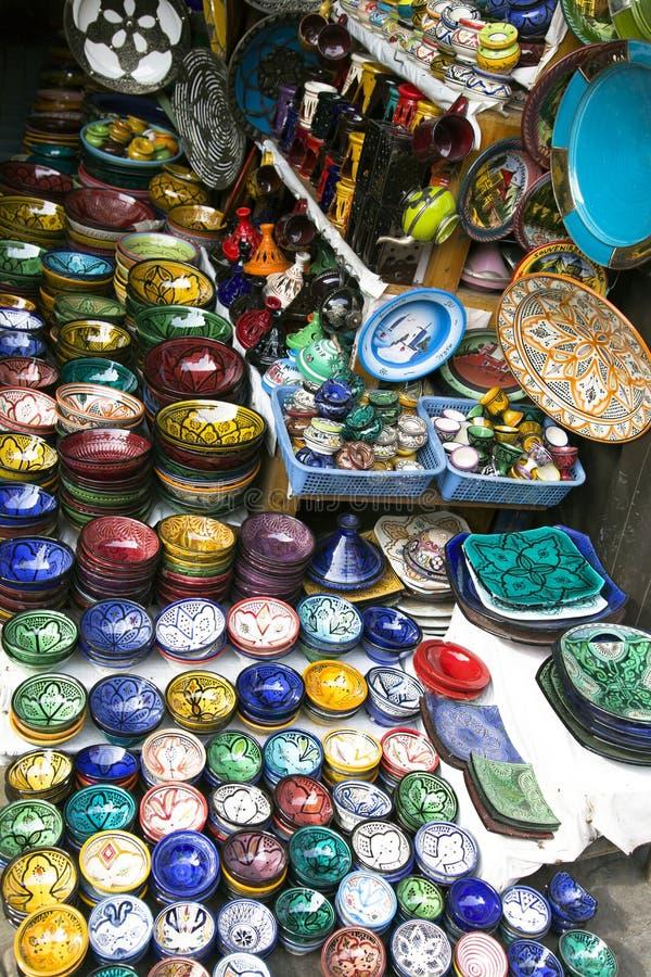 Beaucoup ont coloré la peinture de main de vaisselle d'argile à vendre photographie stock