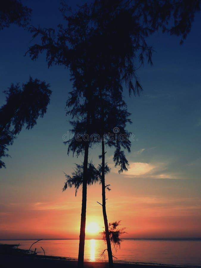 Beaucoup peut se produire au-dessus du coucher du soleil ! image libre de droits