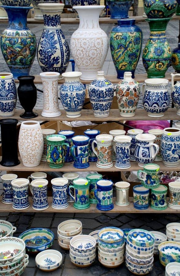 Beaucoup poterie roumaine traditionnelle image libre de droits