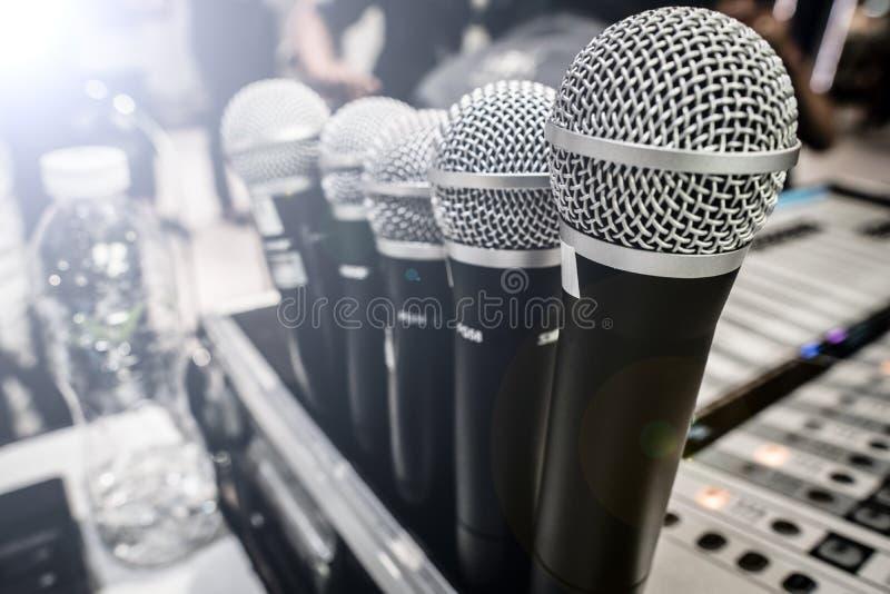 Beaucoup remplaçant de microphone sur le panneau de mixeur son image stock