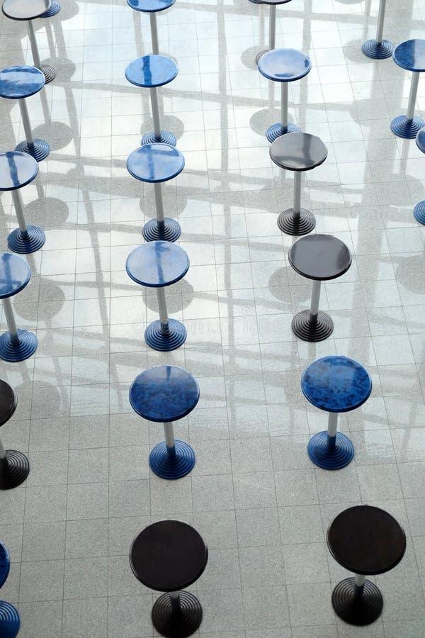 Beaucoup rond mangeant des tables dans l'abrégé sur vertical vue de hall vide de café photos stock