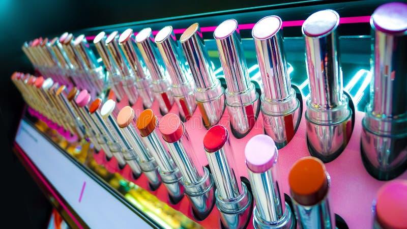 Beaucoup rouge à lèvres sur l'étagère, la couleur multi et la vue en gros plan, fond de rouges à lèvres photographie stock libre de droits