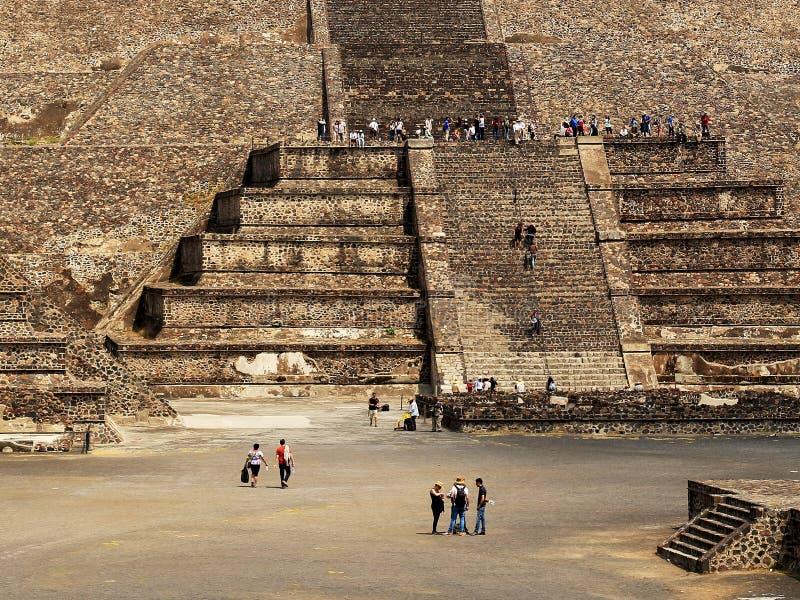 Beaucoup touriste sur les pyramides de Teotihuacan, Mexique photos libres de droits