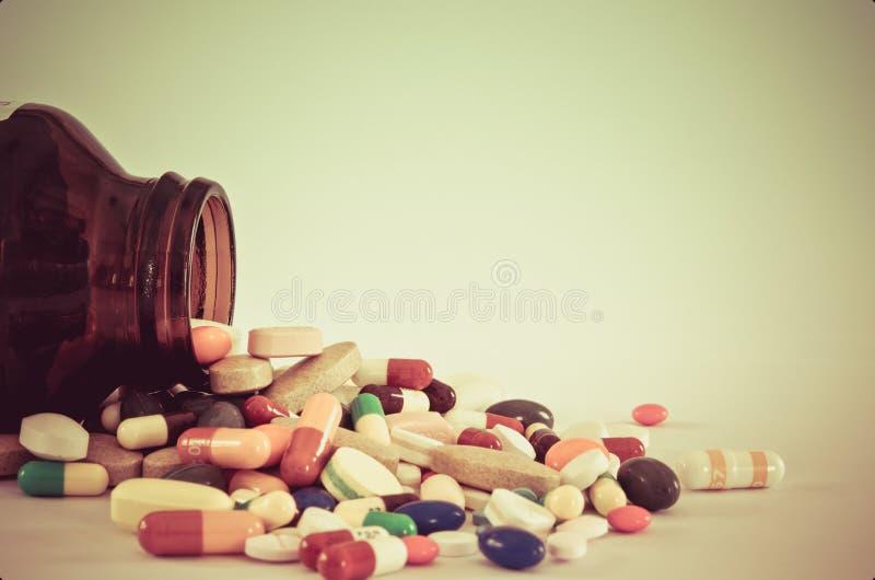 Beaucoup type de drogues étudiant à fond de la bouteille avec le fond d'isolement photographie stock libre de droits