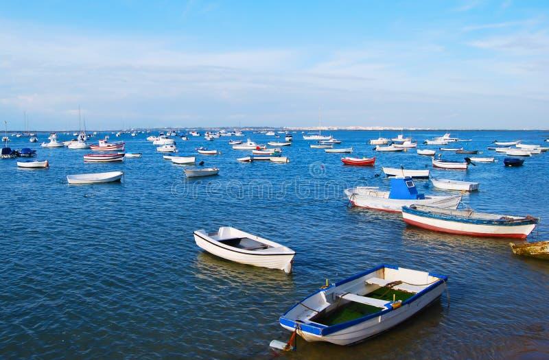 Beaucoup type différent de petits bateaux au port de Sancti Pétri, Cadix photographie stock libre de droits
