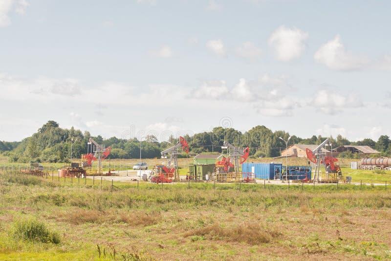 Download Beaucoup Vieilles Pompes à Huile Fonctionnantes Image stock - Image du écologie, levier: 76076385