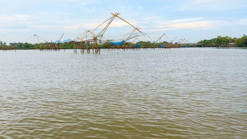 Beaucoup Yok Yor est une pêche avec la sagesse locale en Thaïlande photographie stock