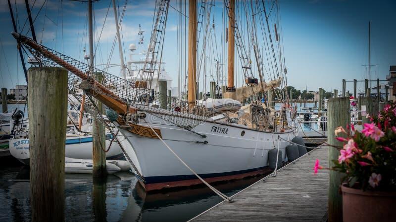 Beaufort, NC/US0November 24 2017年:双桅帆船`在船坞的Fritha `在小游艇船坞 库存图片