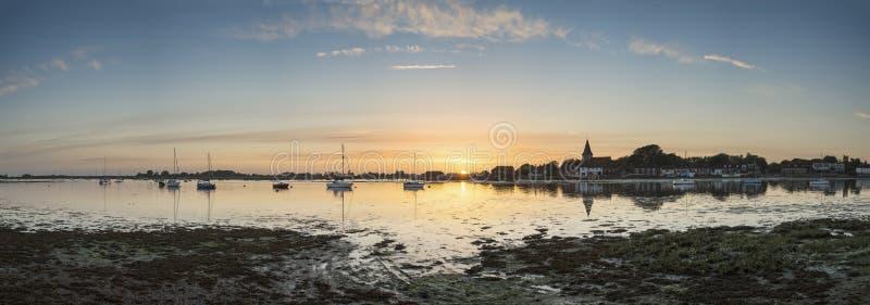 Beauitful panoramalandskap över den Bosham hamnen i sommar på su arkivfoton