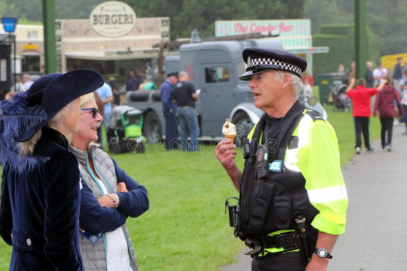 Beaulieu, Hampshire, Regno Unito - 29 maggio 2017: Conversazione BRITANNICA dell'ufficiale di polizia fotografie stock