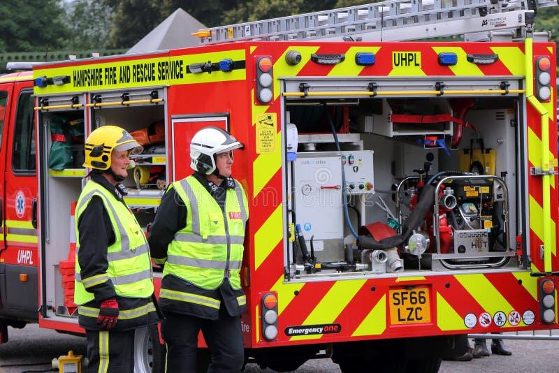 Beaulieu, Hampshire, Regno Unito - 29 maggio 2017: Due vigili del fuoco o fi britannici fotografie stock