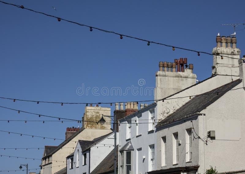 Beaumaris, Gales - telhados e céus azuis imagens de stock royalty free