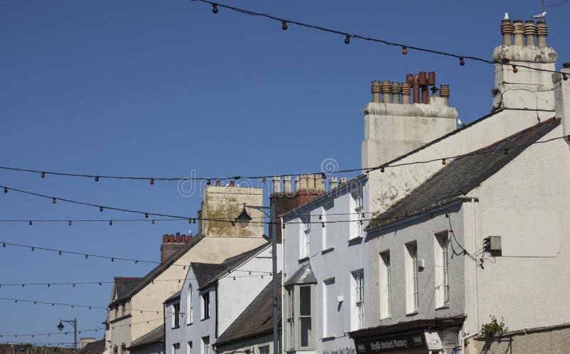 Beaumaris, Gales - telhados e céus azuis e gaivotas imagem de stock royalty free