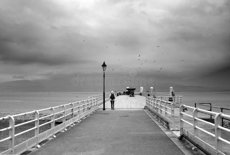 Beaumaris Pays de Galles - jetée sur la mer par temps orageux images stock