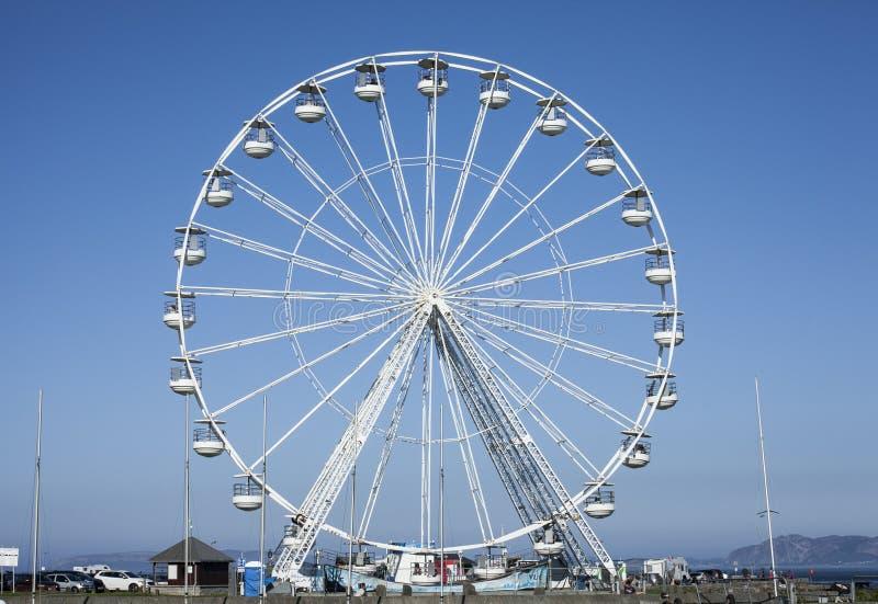 Beaumaris Wales - pariserhjulen och den blåa himlen fotografering för bildbyråer