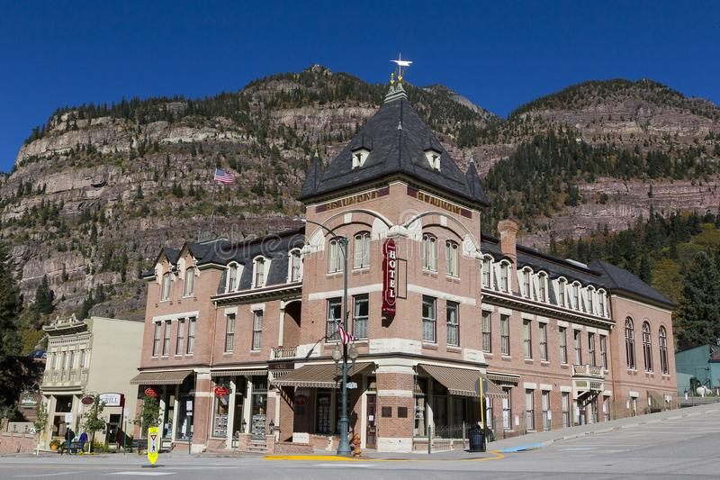 Beaumont hotel na kącie główna ulica z górami w tle, Ouray, Kolorado obrazy stock