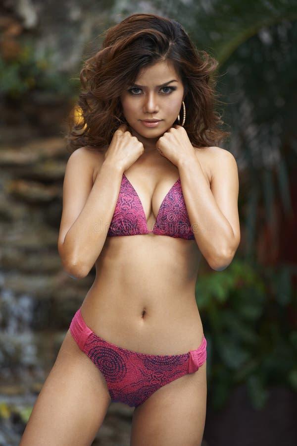Beauté asiatique dans la piscine de station de vacances photos libres de droits