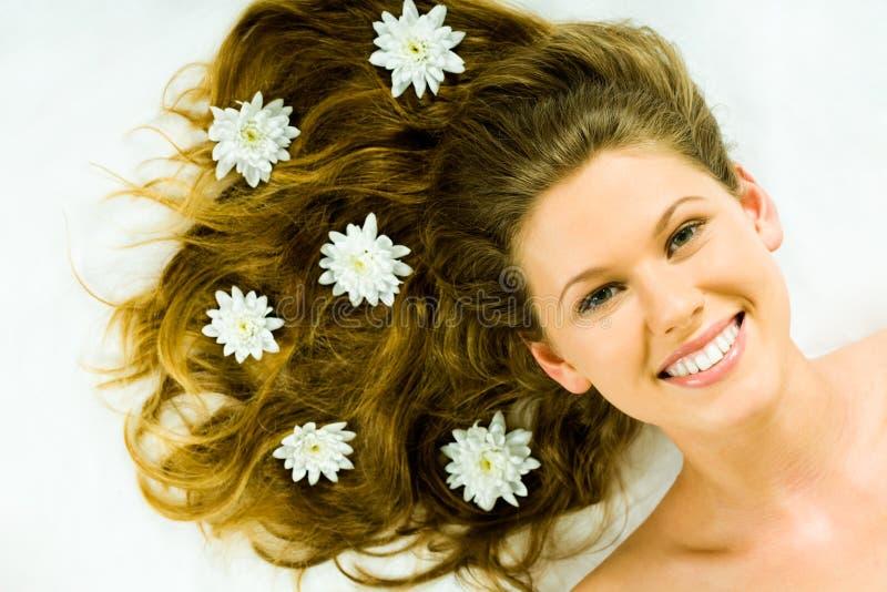 Beauté avec des fleurs image libre de droits