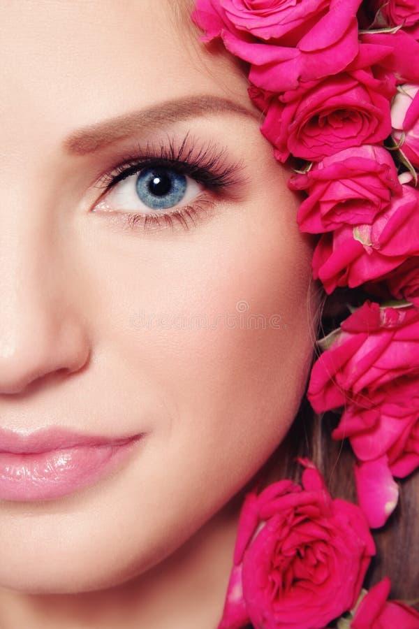 Beauté avec des roses photographie stock libre de droits