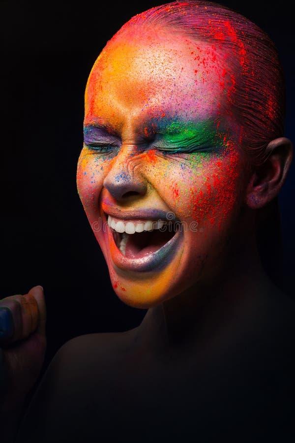 Beauté avec le maquillage coloré, fond foncé photo libre de droits