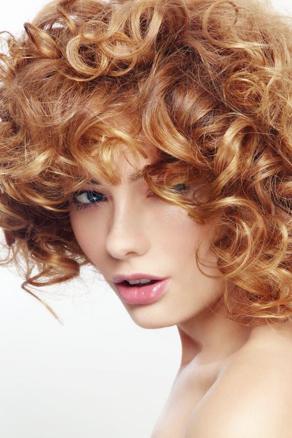 Beauté avec les cheveux bouclés image libre de droits