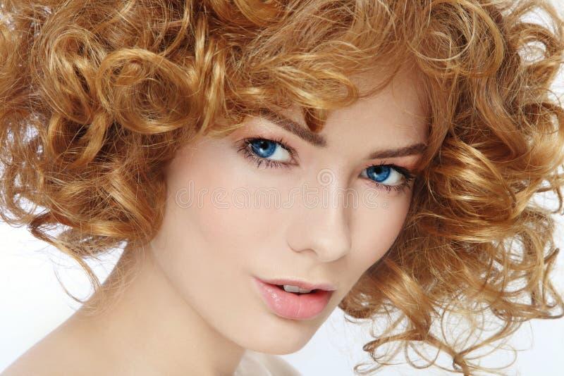 Beauté avec les cheveux bouclés images libres de droits
