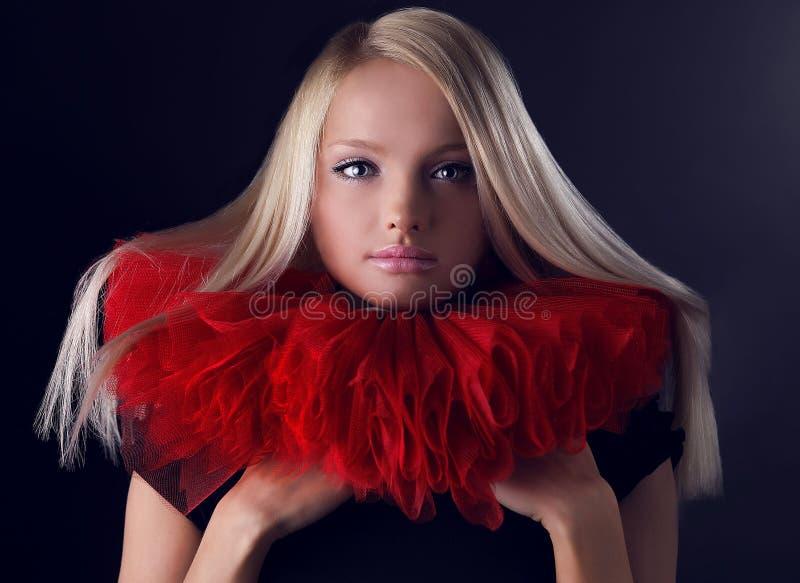 Beauté blonde attrayante dans le jabot théâtral rouge photos libres de droits