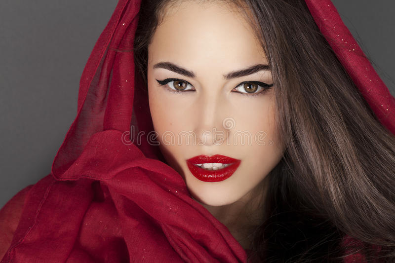 Beauté classique avec les lèvres et le scraf rouges photo libre de droits