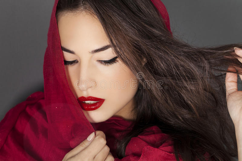 Beauté classique avec les lèvres et le scraf rouges photos stock
