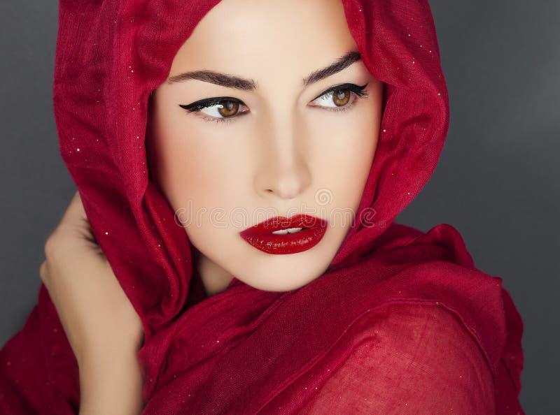 Beauté classique avec les lèvres et le scraf rouges image libre de droits