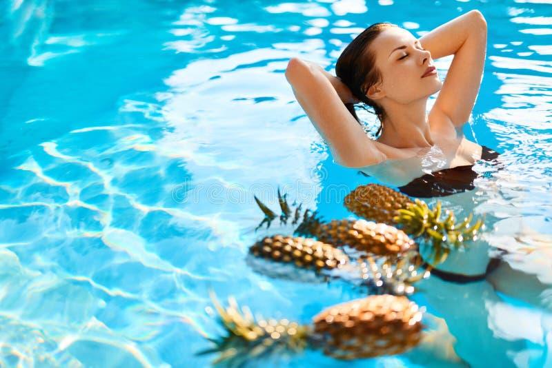Beauté, concept de santé Fruits, femme en bonne santé dans la piscine Soin de fuselage image libre de droits