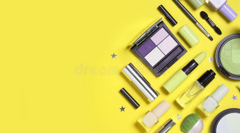 Beauté, cosmétiques décoratifs Brosse de lecture de maquillage et palette de fard à paupières de couleur sur le fond jaune photographie stock libre de droits